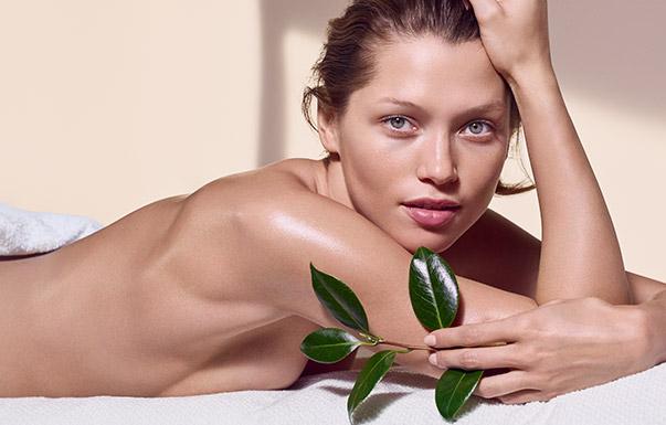 手持一株植物,正在享受美妍护理的女性