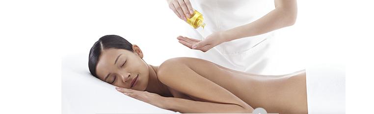 正在享受调和身体护理油背部按摩的女性