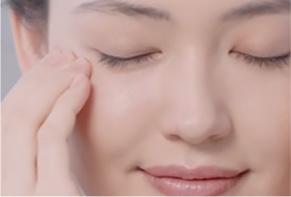 正在按摩眼周肌肤的女性