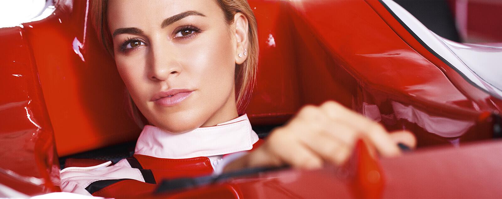 Modelo conduciendo Fórmula 1